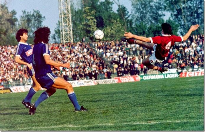 Ο Γιώργος Μητσιμπόνας σκοράρει απέναντι στον Ηρακλή και η ΑΕΛ κατακτά το πρωτάθλημα του 1988.
