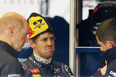 Эдриан Ньюи и Себастьян Феттель с инженерами Red Bull на тестах в Хересе 7 февраля 2013
