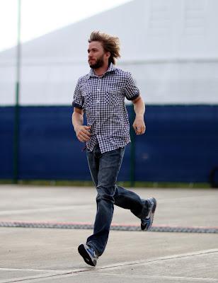 Ник Хайдфельд бежит с поднятыми волосами на Гран-при Великобритании 2011