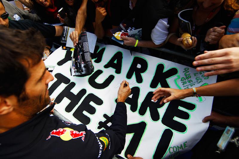Марк Уэббер раздает автографы болельщикам Спа на Гран-при Бельгии 2012