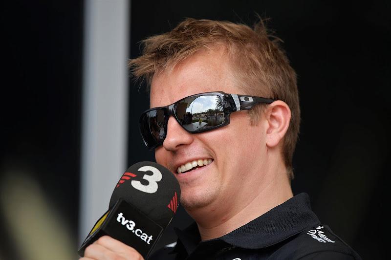 улыбающийся Кими Райкконен дает интервью tv3.cat на Гран-при Бахрейна 2013