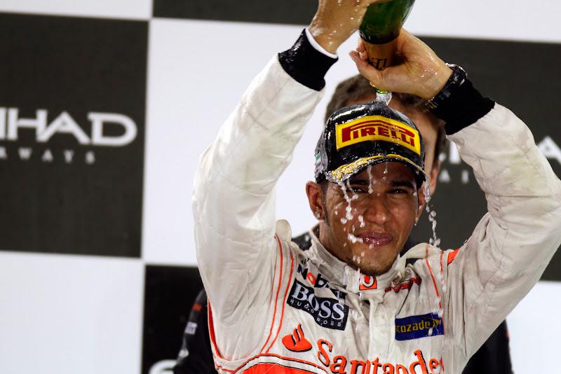 Льюис Хэмилтон обливается шампанским на подиуме Гран-при Абу-Даби 2011