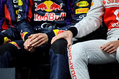 Дженсон Баттон держит руку на колене Марка Уэббера на фотосессии пилотов на Гран-при Австралии 2013