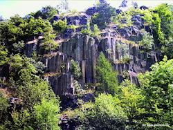 Za chvíli budete míjet po levé straně přírodní památku Čedičovou žílu Boč, objevenou v bývalém kamenolomu.