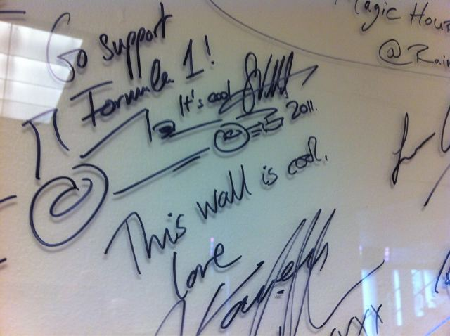 автограф Себастьяна Феттеля радиостанции Sirius XM в Монреале