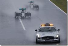 Le due Mercedes dietro la safety car