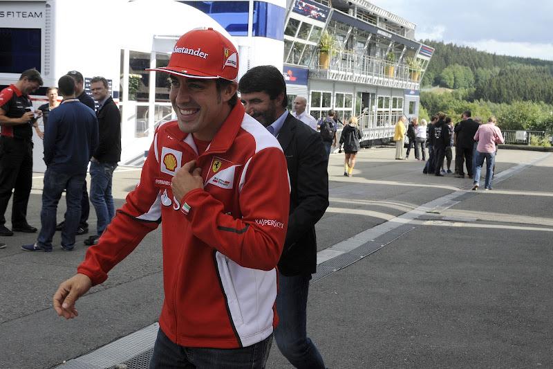 Фернандо Алонсо в хорошем настроении идет по паддоку Спа на Гран-при Бельгии 2012