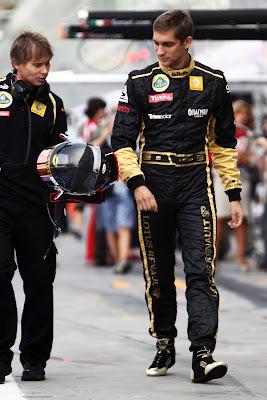Виталий Петров на Гран-при Италии 2011 в Монце приготовил специальный черный дизайн шлема в память о погибших в авиакатастрофе