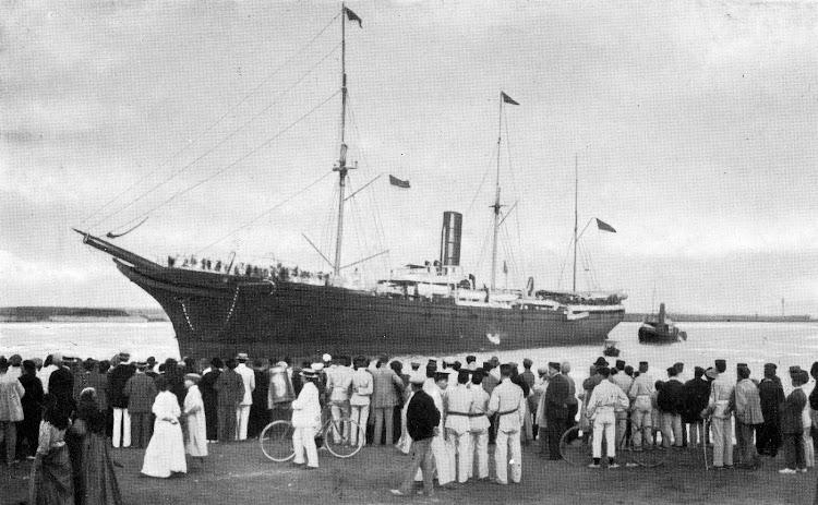El CATALUÑA, ya con la arboladura modificada, entrando en el puerto de Valencia. Del LIBRO DE INFORMACIÓN PARA EL PASAJERO. COMPAÑÍA TRASATLANTICA. AÑO 1908.jpg