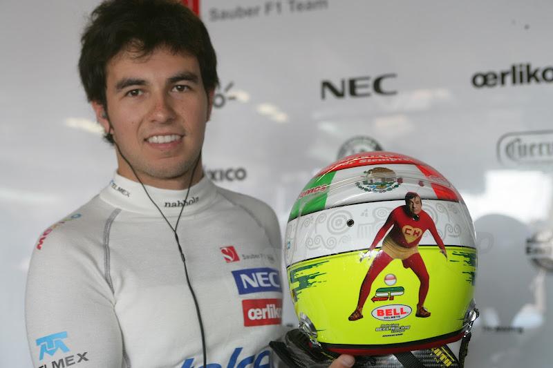 Серхио Перес демонстрирует шлем с изображением Chespirito на Гран-при Монако 2012