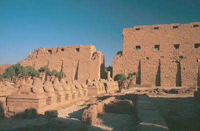 Avenida de las esfinges criocéfalas y primer pilono del templo de Amón. Piedra arenisca. XXX dinastía. Entrada al Templo de Amón, complejo de templos de Karnak, Egipto.