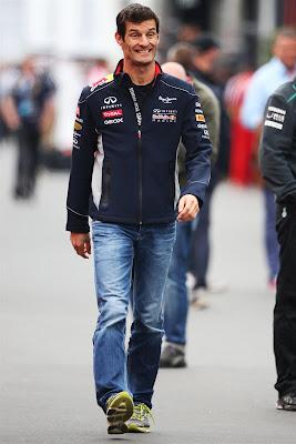 улыбающийся Марк Уэббер шагает по паддоку Нюрбургринга на Гран-при Германии 2013