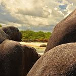 Mała zatoczka Pantai Tanjung Tinggi widoczna ze skał.