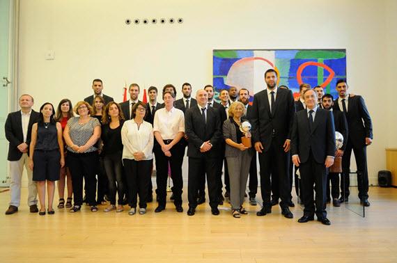 El Real Madrid de Baloncesto celebró la liga con Carmena y Cifuentes