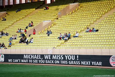 в поддержку Михаэля Шумахера на футбольном матче перед Гран-при Монако 2014