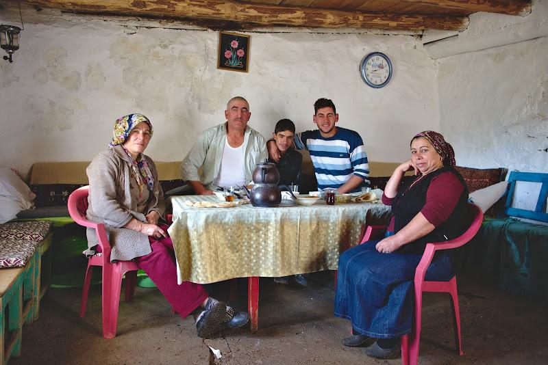Familia Dursun si micul dejun la care m-au chemat.