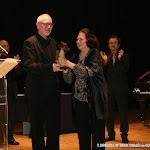 La compositora, guitarrista y miembro del jurado Mariangeles Sánchez Benimeli, hace entrega del Premio Trujamán de la guitarra, en la Modalidad Colectivo, a la Editorial Piles
