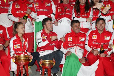 Фернандо Алонсо ловит розовую хрюшку на праздновании победы с командой на Гран-при Китая 2013