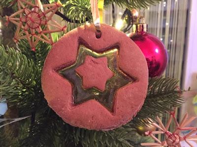 Selbstgebackene Lebkuchen am Weihnachtsbaum