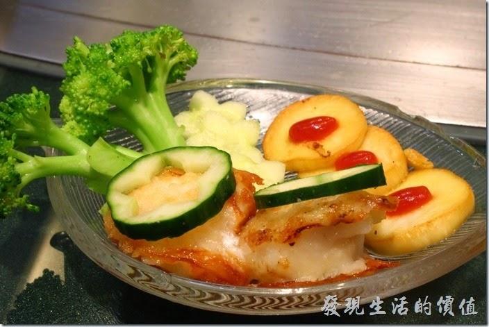 台南-椰如鐵板燒創意料理。日本干貝:香煎干貝,再加上杏鮑菇番茄醬的甜,讓干貝的鮮更為提升。單吃干貝其實沒有多少味道,建議可以加些非茄醬之類或醬由來提昇其風味。