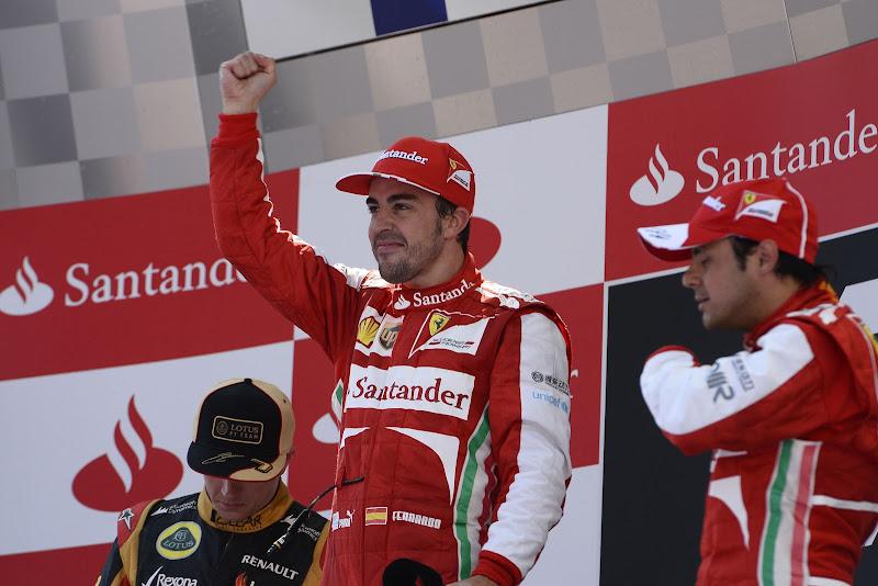 довольный Фернандо Алонсо на победном подиуме Гран-при Испании 2013