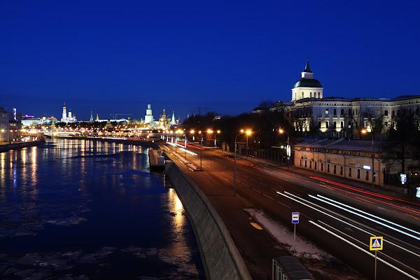 Вид с Большого Устьинского моста на Москворецкую набережную москва река