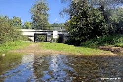 U Dasnic na levém břehu je přítok Habartovského potoka a železniční most. Zde je možnost výstupu k hospodě u Barona.