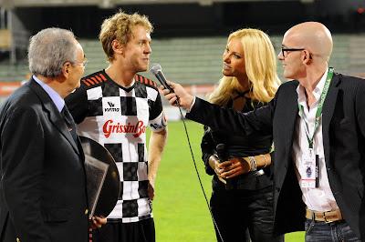 Себастьян Феттель дает интервью на футбольном матче Nazionale Piloti перед Гран-при Италии 2011 в Монце