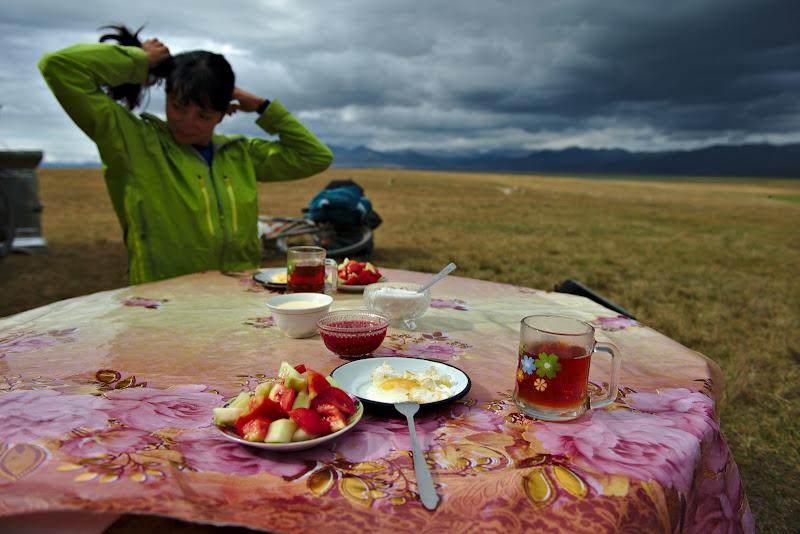Masa de pranz si o pauza binemeritata dupa o urcare de aproape 1000 de metri.