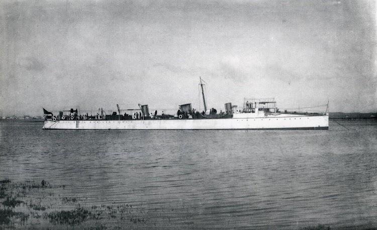 Destructor FUROR. La Carraca. 1897. El casco pintado en un elegante color blanco. Del libro El Buque en la Armada Española.JPG