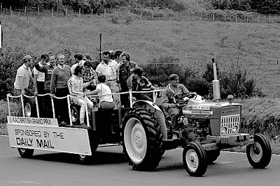 Йохен Риндт и Колин Чепмен с командой Lotus на параде пилотов в Брэндс-Хэтче на Гран-при Великобритании 1970