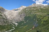 Unten beim Örtchen Gletsch, wie schon die Tage zuvor. Blick auf den Rhonegletscher und die Westrampe hoch zum Furkapaß. Diesmal aber mit der Furka-Dampfbahn rechts unten im Bild.
