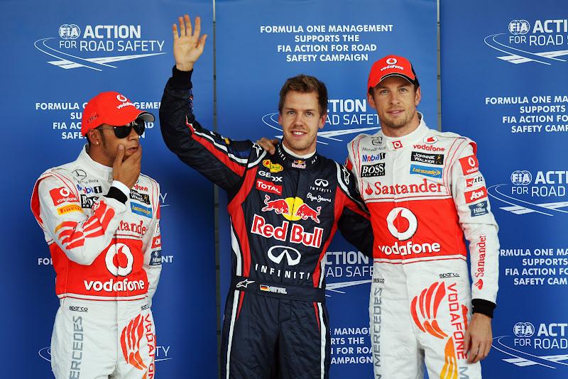Льюис Хэмилтон в темных очках рядом с Себастьяном Феттелем и Дженсоном Баттоном после квалификации на Гран-при Японии 2011