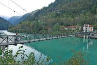 Hängebrücke beim Ort Barcis am gleichnamige Stausee.