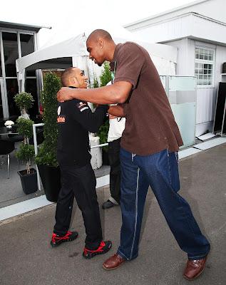 баскетболист Эндрю Байнум обнимает Льюиса Хэмилтона на Гран-при Канады 2011