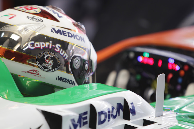 наклейка в память о Дэне Уэлдонне на шлеме Адриана Сутиля на Гран-при Индии 2011