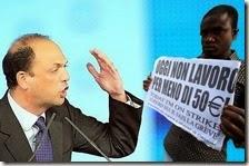 Angelino Alfano e un migrante