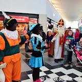 Sinterklaas en pieten bij winkelcentrum De Helling - Foto's Jeannet Stötefalk