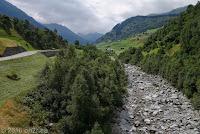 """Lukmanierpaß. Die Nordrampe in Richtung Disentis. Beim Abenteuer-Seilpark """"Alpventura"""". Der Wildbachs Rein da Medel."""