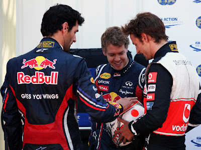 Марк Уэббер трогает брильянты на шлеме Дженсона Баттона после квалификации на Гран-при Монако 2011