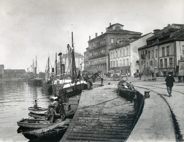 Muelle de Abtao, anteriormente de la Barbacana, hacia 1910. Vapor LUARCA. Foto J. Thomas. Foto del libro GIJON. VISION Y MEMORIA PORTUARIA.jpg
