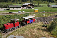 """Beim Ort Oberwald am Bahnhof. Von hier geht der Furka-Basistunnel ab und die gemächliche Furka-Dampfbahn. """"Löschzug"""" steht auf dem Wagon."""
