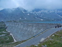 Hoch zum Colle del Nivolet. Die Staumauer des Lago Serru.