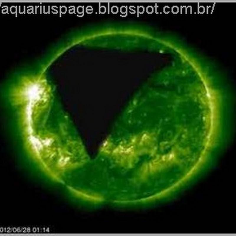 2012 - Um portal em forma piramidal se abre no Sol