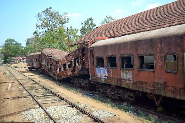 разрушенный, заброшенный поезд, старые вагоны