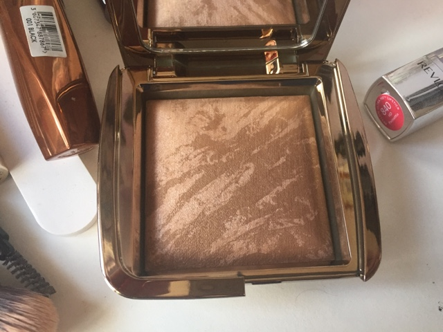 a picture of Hourglass Ambient Lighting Bronzer