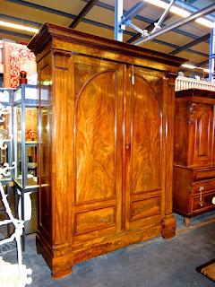 Большой платяной шкаф красного дерева. 19-й век. Внутри выдвижные полочки и ящички. 174/60/238 см.