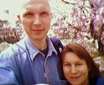 Z mężem natle kwitnących wiśni wKioto.