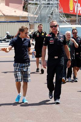 Себастьян Феттель идет по трассе с механиком на Гран-при Монако 2011