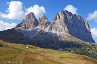 Auf dem Scheitel des Sellajoch (2244m) mit Blick auf die Langkofelgruppe (Sassolungo). Rechts der Langkofel als Hauptgipfel, in der Mitte die Grohmannspitze, links der Plattkofel.